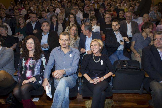 Toni Cantó y Rosa Díez, rodeados de militantes y simpatizantes ayer...