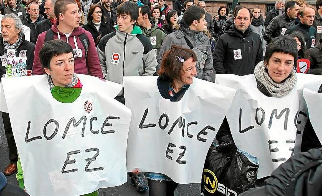 Manifestantes con la proclama 'Lomce no', en la Gran Vía de...