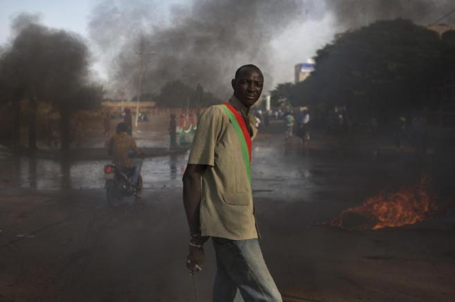 Un manifestante antigubernamental, en medio del humo por las...