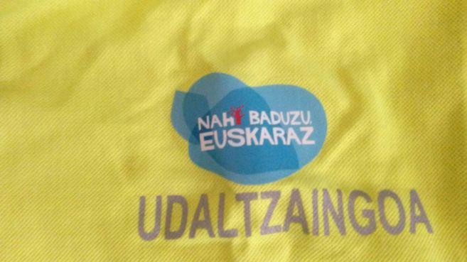 "La pegatina con el texto ""Nahi baduzu euskaraz"" (si quieres,..."