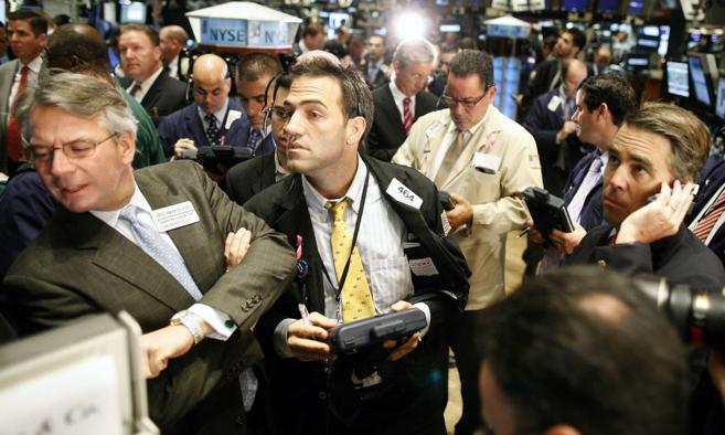 'Traders' trabajando sin descanso en el parqué de Wall...
