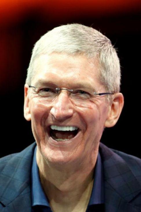 """1.Tim Cook / CEO de Apple. El sucesor de Steve Jobs guía una de las mayores empresas  globales. En su comunicado dijo que ser gay es """"un don de Dios"""".  Además, explicó que pertenecer a una minoría le había ayudado a endurecer su 'piel de rinoceronte'. Algo muy positivo para comandar una compañía como Apple."""