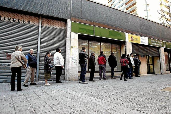 Desempleados hacen cola ante una oficina de empleo público en...