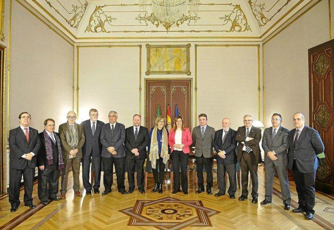Foto de familia de la presidenta de la Junta, Susana Díaz, con los...