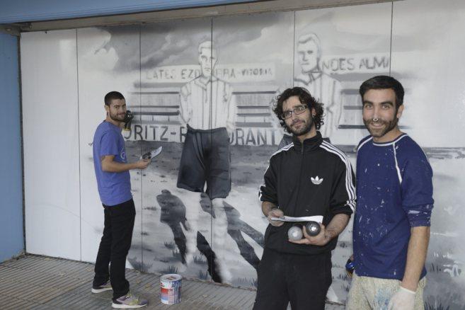 Los grafiteros que decoran el campo de Mendizorroza, ayer, realizando...