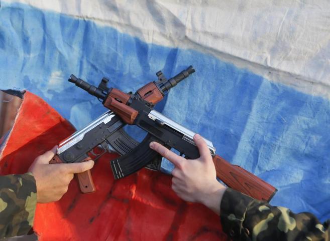 Activistas ucranianos hacen una 'performance' ante una...