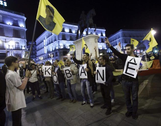 Llegada a la Puerta del Sol de la manifestación kurda por la ciudad...