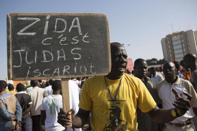 """Un manifestante burkinés lleva un cartel que reza: """"Zida es..."""