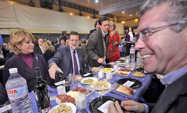 Granados (primer plano), en la cena navideña del PP de 2009, con...