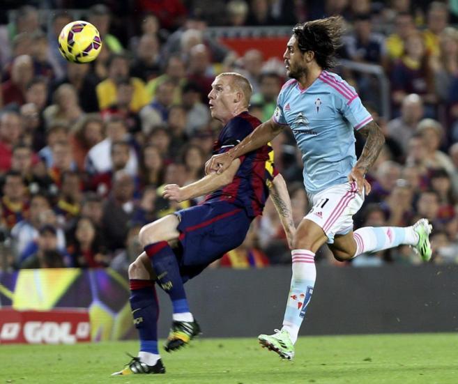 Mathieu, ante Larrivey en el Barcelona-Celta.