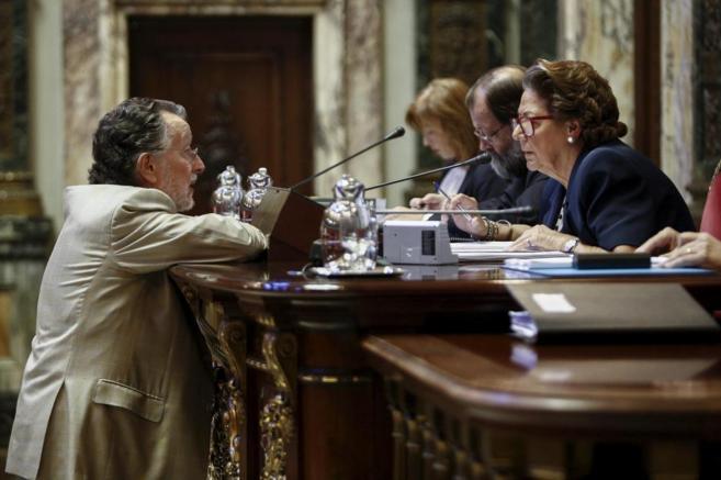 Rita Barberá hablando con Alfonso Grau, teniente de alcalde, en un...