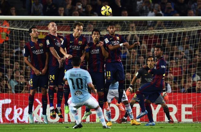 La barrera del Barcelona salta en una falta lanzada por Nolito el...