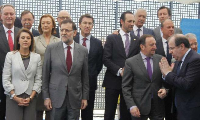 Rajoy, rodeado de presidentes autonómicos en una reunión de mayo de...