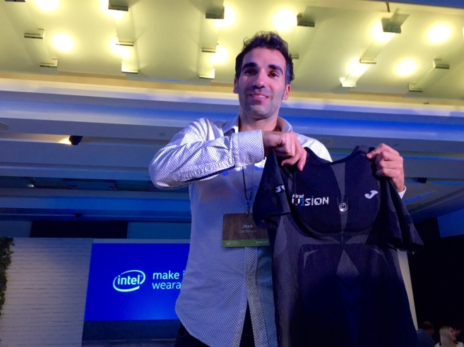 Jose Ildefonso sostiene su creación, la camiseta...
