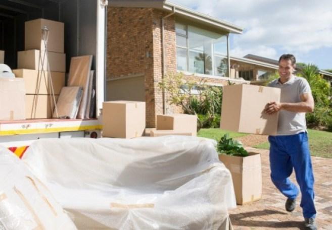 Imagen de un operario cargando paquetes en un camión de mudanzas.