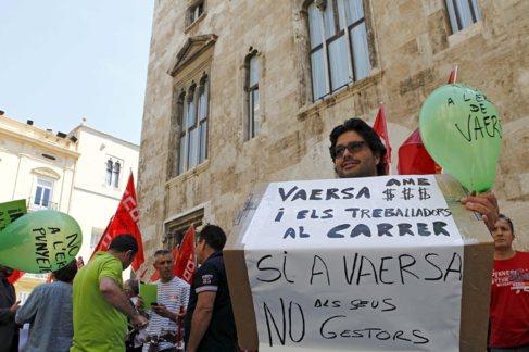 Protesta de los trabajadores de Vaersa en el Palau de la Generalitat.