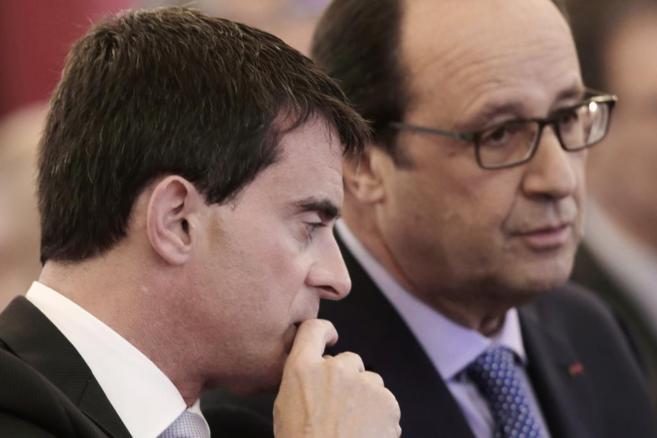 El presidente francés, Francois Hollande (dcha.), habla con el primer...