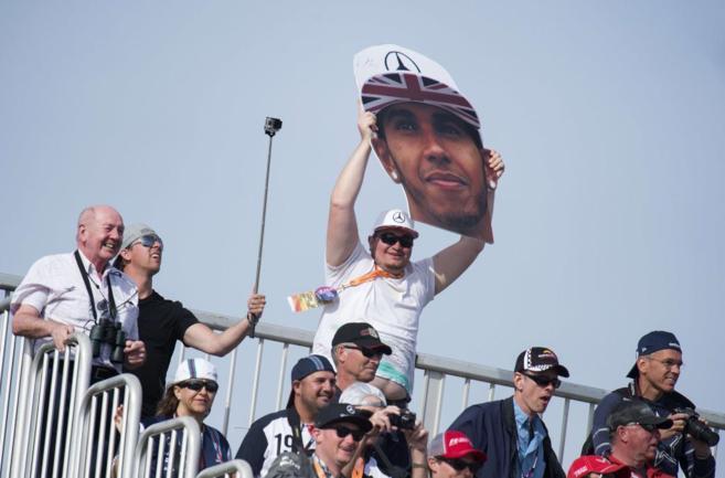 Un aficionado sostiene la imagen del rostro de Lewis Hamilton en la...