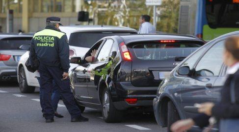 La policía pide la documentación a un conductor de Uber a la salida...
