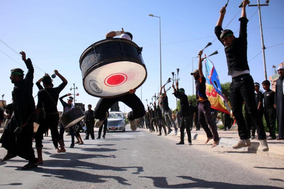 Bailes e instrumentos de percusión en una de las procesiones de la...