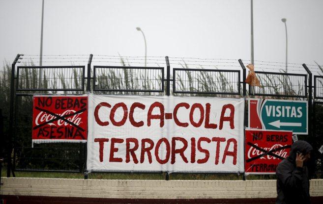 Cartel contra Coca-Cola en las puertas de la fábrica en Fuenlabrada,...