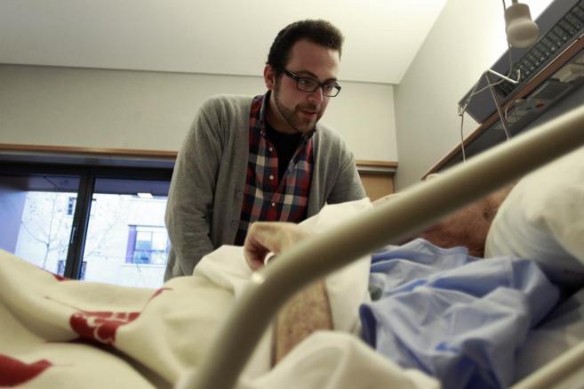 Un voluntario en el Hospital de Cuidados Paliativos de la Fundacion...