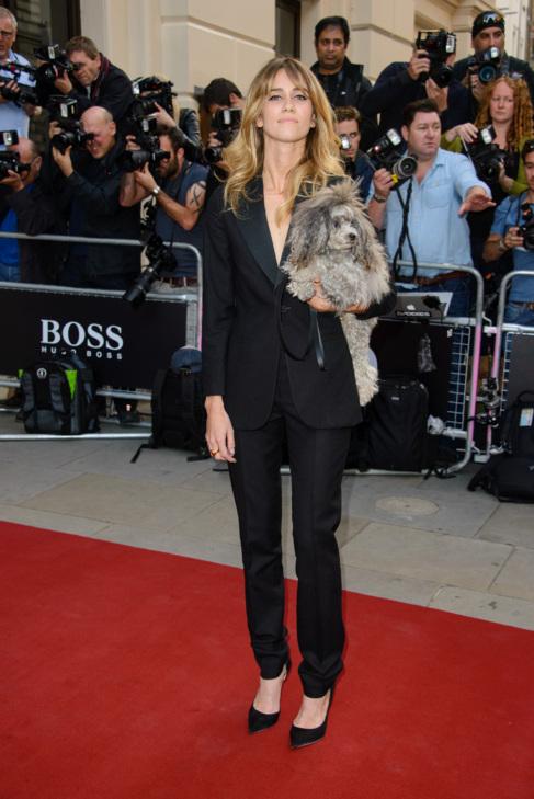 La cantante Jade Williams no se separa de su perro ni en la alfombra...