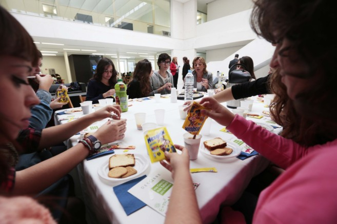 Alumnos del IES Trevenque de La Zubia comparten el desayuno con...