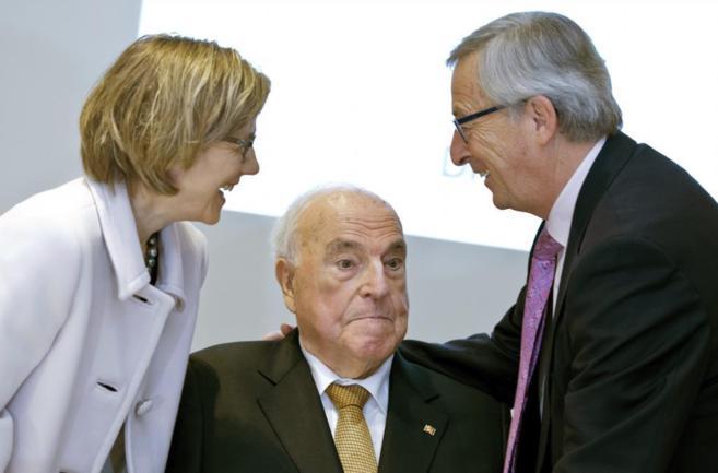 El ex canciller alemán Helmut Kohl, su esposa y el presidente Juncker...