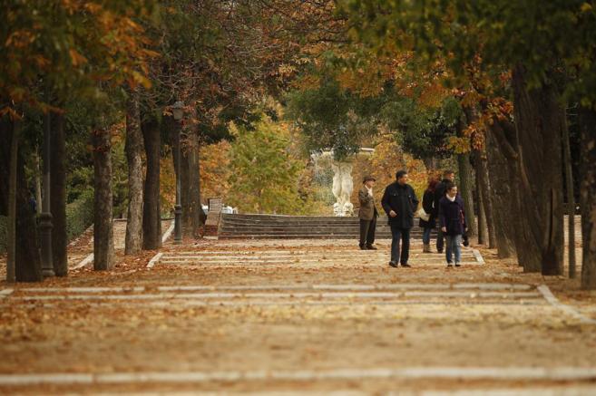 Varias personas caminan por El Retiro en Madrid.