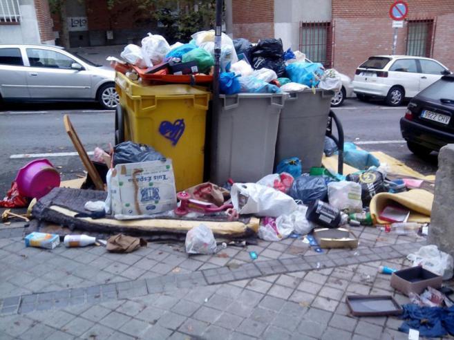 Basura acumulada en la calle Martínez Oviol tras el cambio de...