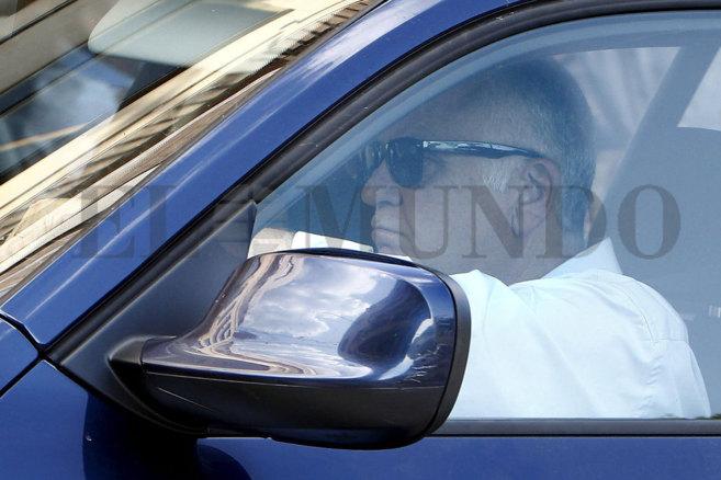 Juan Cotino abandona en coche la cita tras percatarse de la presencia...