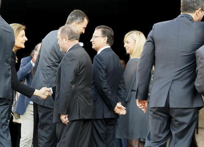 El Rey saluda a Sonia Castedo, ayer, a su llegada al Congreso del IEF.