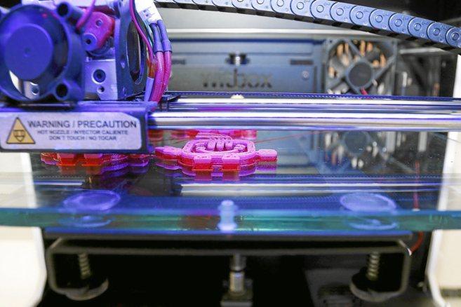 Una impresora 3D doméstica pleno funcionamiento.