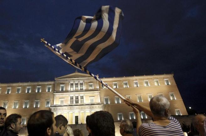 Mifestantes a as puertas del Parlamento griego.