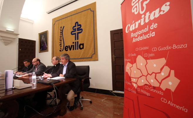 El arzobispo de Sevilla, Juan José Asenjo, con los responsables de...