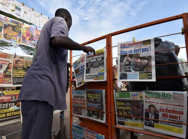 Periódicos locales muestran en sus portadas al depuesto presidente de...