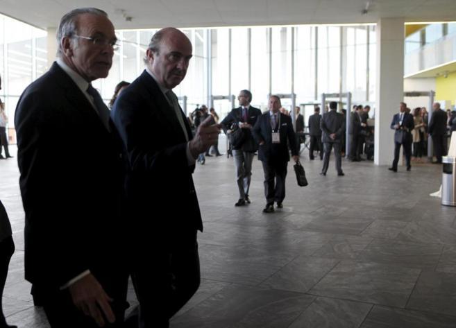 El ministro de Economia, Luis de Guindos junto a Isidro Faine,...