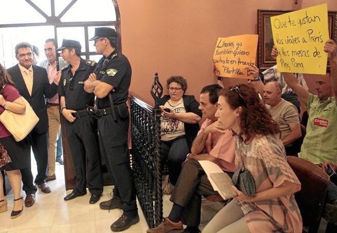 Vecinos protestan en un pleno por el escándalo de ACM ante el...