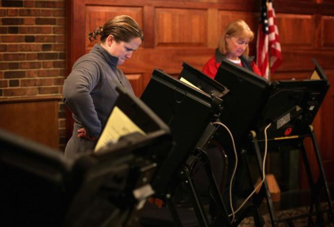 Votantes en un colegio electoral de Jamestown (Carolina del Norte).