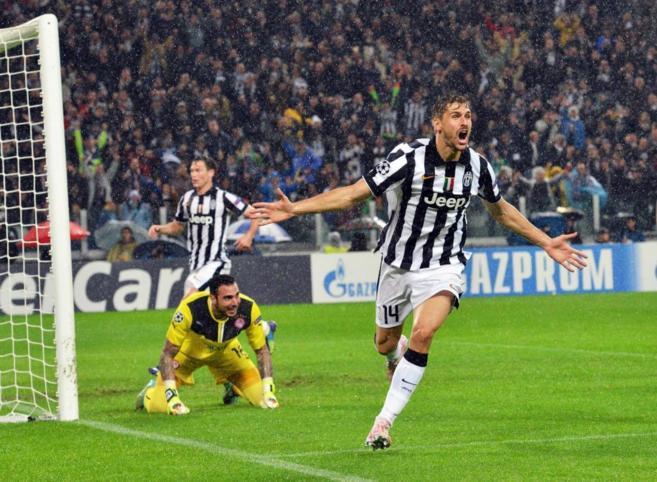 Llorente celebra el gol en propia puerta del portero Roberto.