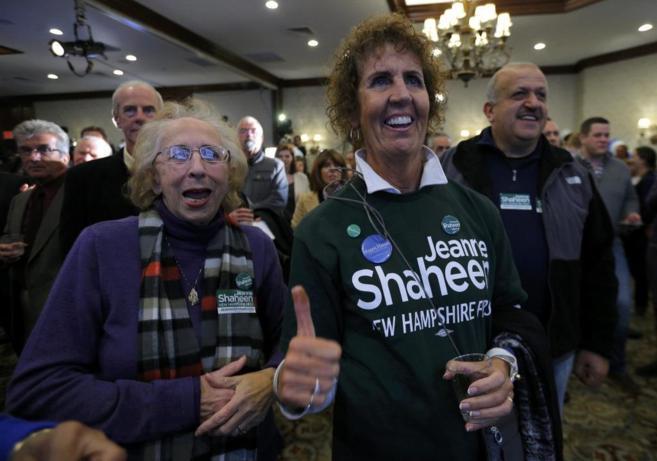 Varios seguidores de Jeanne Shaheen celebran la victoria de la...