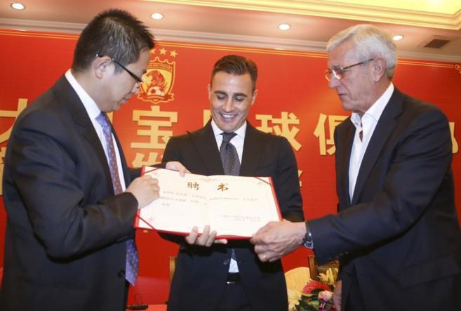 Cannavaro, con Lippi a la derecha y un directivo a la izquierda.
