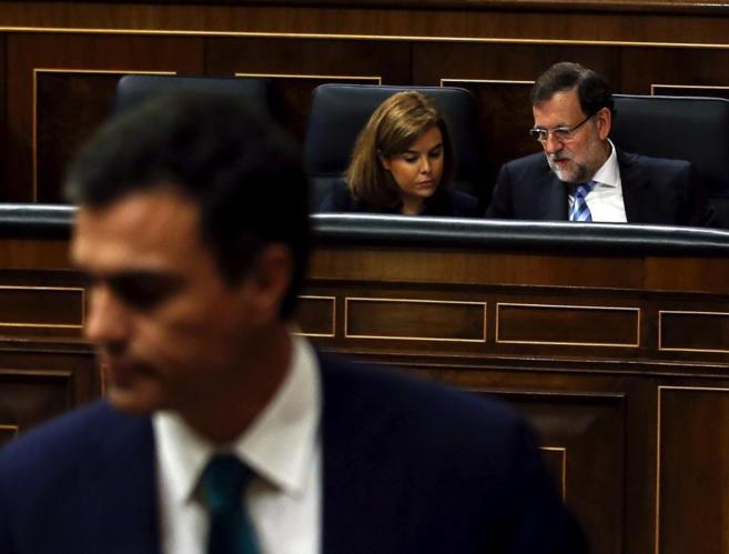 Pedro Sánchez, con Mariano Rajoy y Soraya Sáenz de Santamaría a sus...