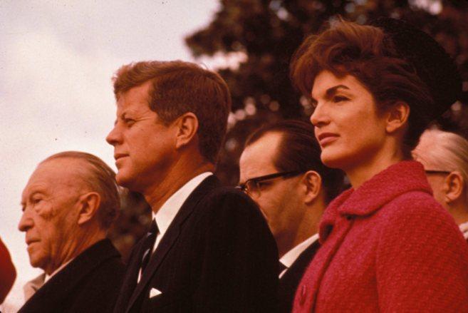 Jackie Kennedy y su primer marido, el presidente John F. Kennedy, en...