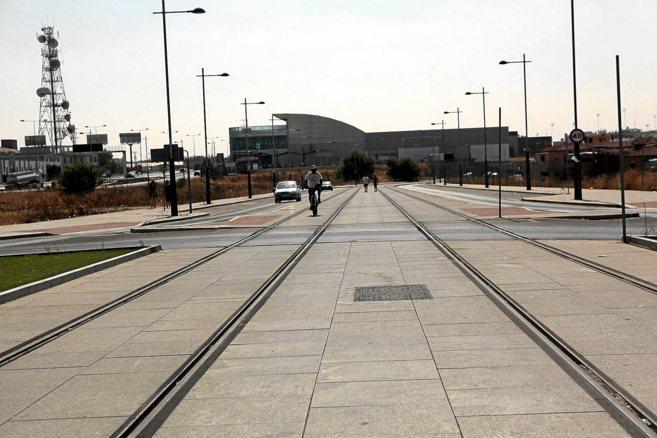 Raíles del tranvía de Alcalá, cuyas obras están paralizadas.