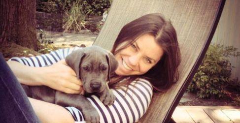 La joven Brittany Maynard, con su perro, antes de morir.