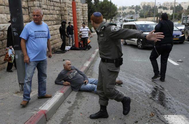 Un policía israelí en la zona del atentado instantes después del...