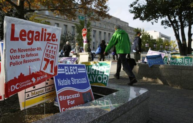 Pancartas a favor de la legalización de la marihuana en el estado de...