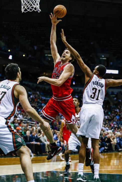 Pau Gasol anota ante los Milwaukee Bucks.